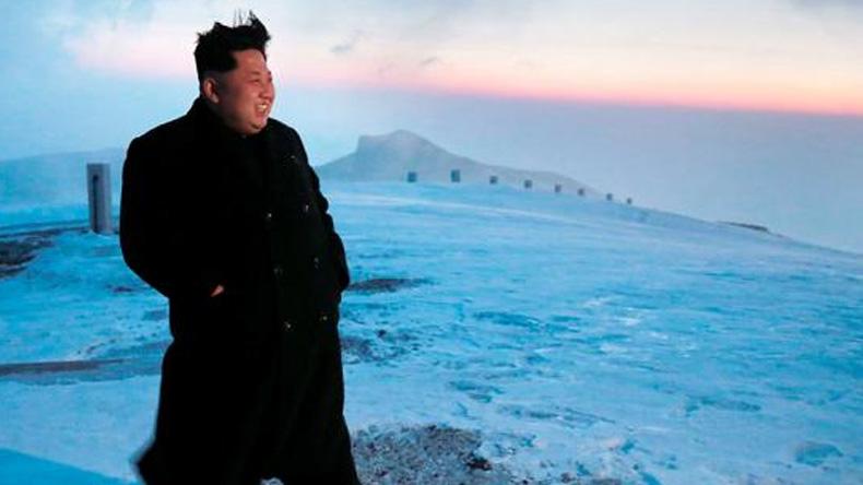 """สื่อโสมแดงเผยภาพ """"คิมจองอึน"""" พิชิตยอดเขาสูงที่สุดในเกาหลีเหนือ"""