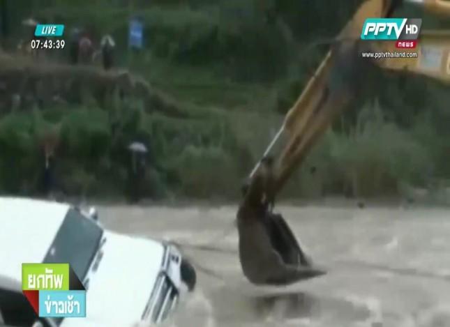 ฮือฮา!! ใช้รถตักดินช่วยผู้ประสบภัย