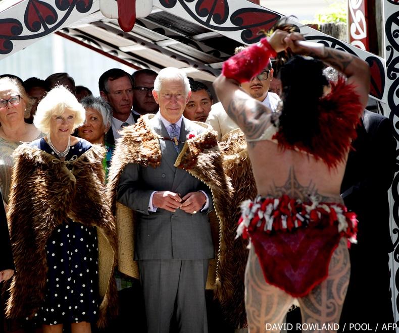 ชนเผ่าเมารีในนิวซีแลนด์จัดพิธีต้อนรับเจ้าฟ้าชายชาร์ลส์