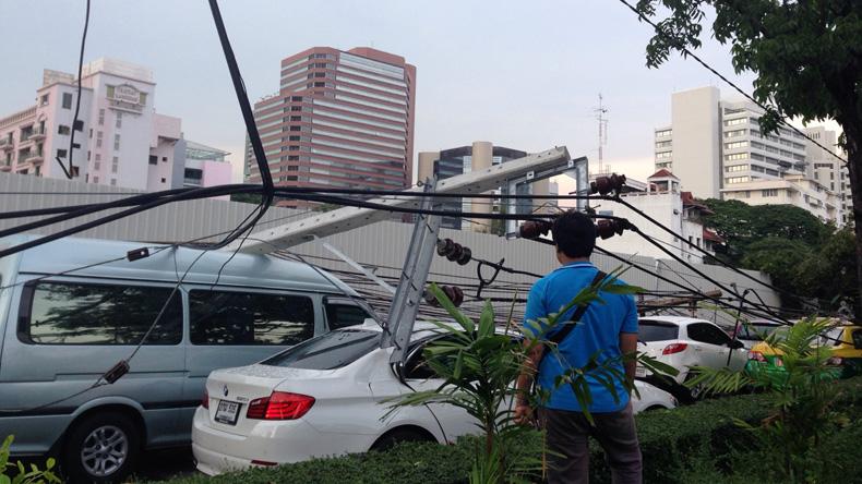 พายุฝนถล่มกรุง! ต้นไม้ล้ม-เสาไฟฟ้าโค่นทับรถพังอื้อ