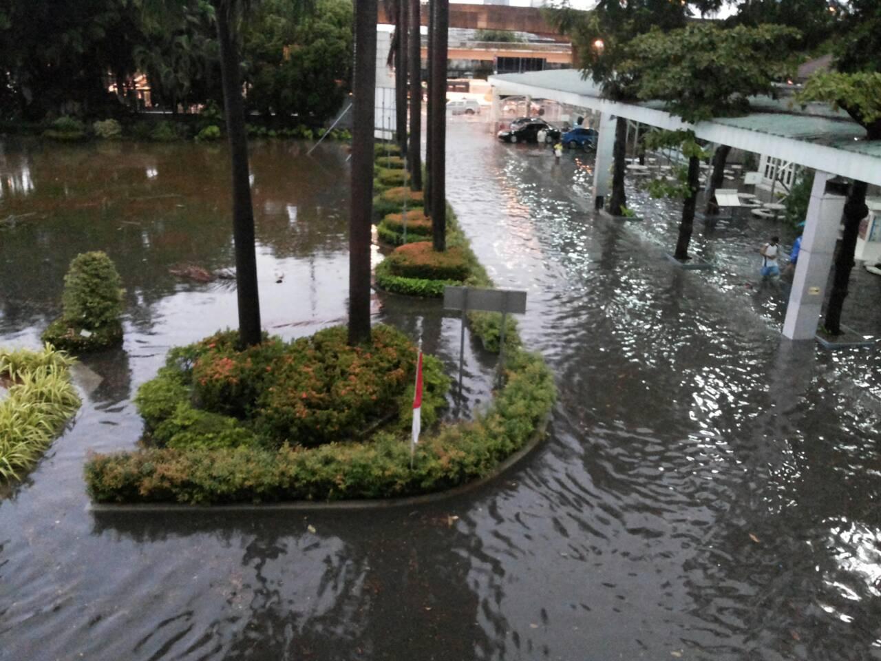 โรงเรียนย่านสุขุมวิท ปิดการเรียนการสอนจากเหตุน้ำท่วมขัง