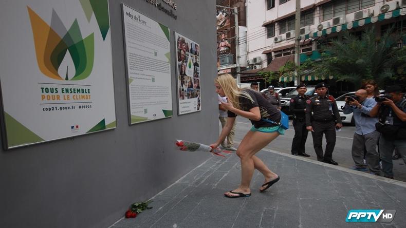 วางดอกไม้ไว้อาลัยผู้เสียชีวิตที่กรุงปารีส