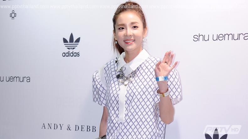 """""""ซานดารา"""" มาในมาดสาวหวานประชันแฟชั่นเหล่าไอคอนในงาน Seoul Fashion Week (คลิป)"""