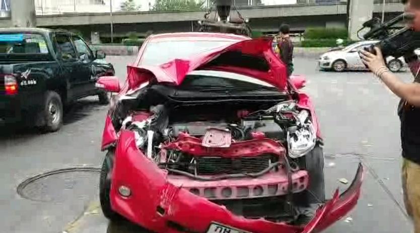 ดราม่าสนั่นโซเชียล คลิปหนุ่มขับกระบะถอยชนรถเก๋ง !!!
