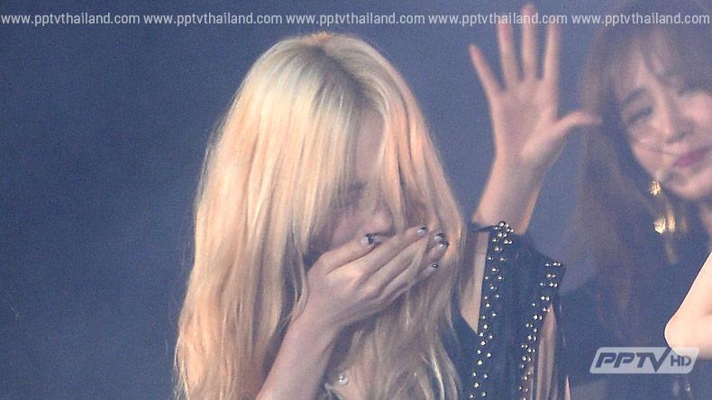 Girls' Generation สำลักเอฟเฟ็คพลุไฟบนเวทีคอนเสิร์ต (คลิป)