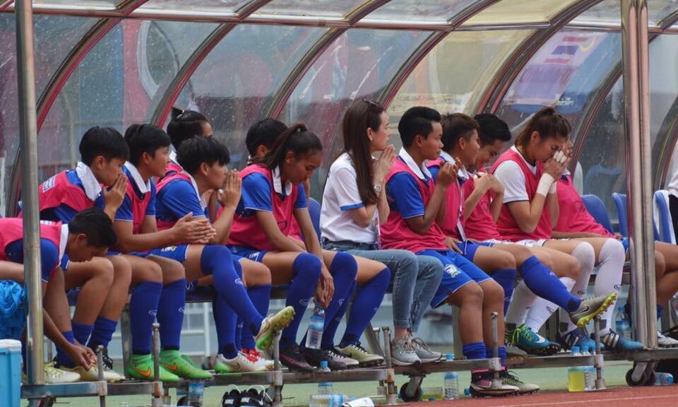 ทีมฟุตบอลหญิงสวดมนต์ ลุ้นรอบรองอาเซี่ยน