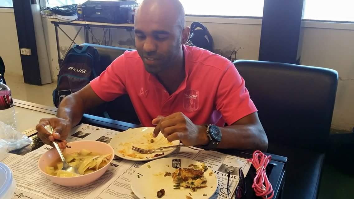 ปงโกลล์ นั่งกินข้าวในห้องทำงานสต้าฟชัยนาท