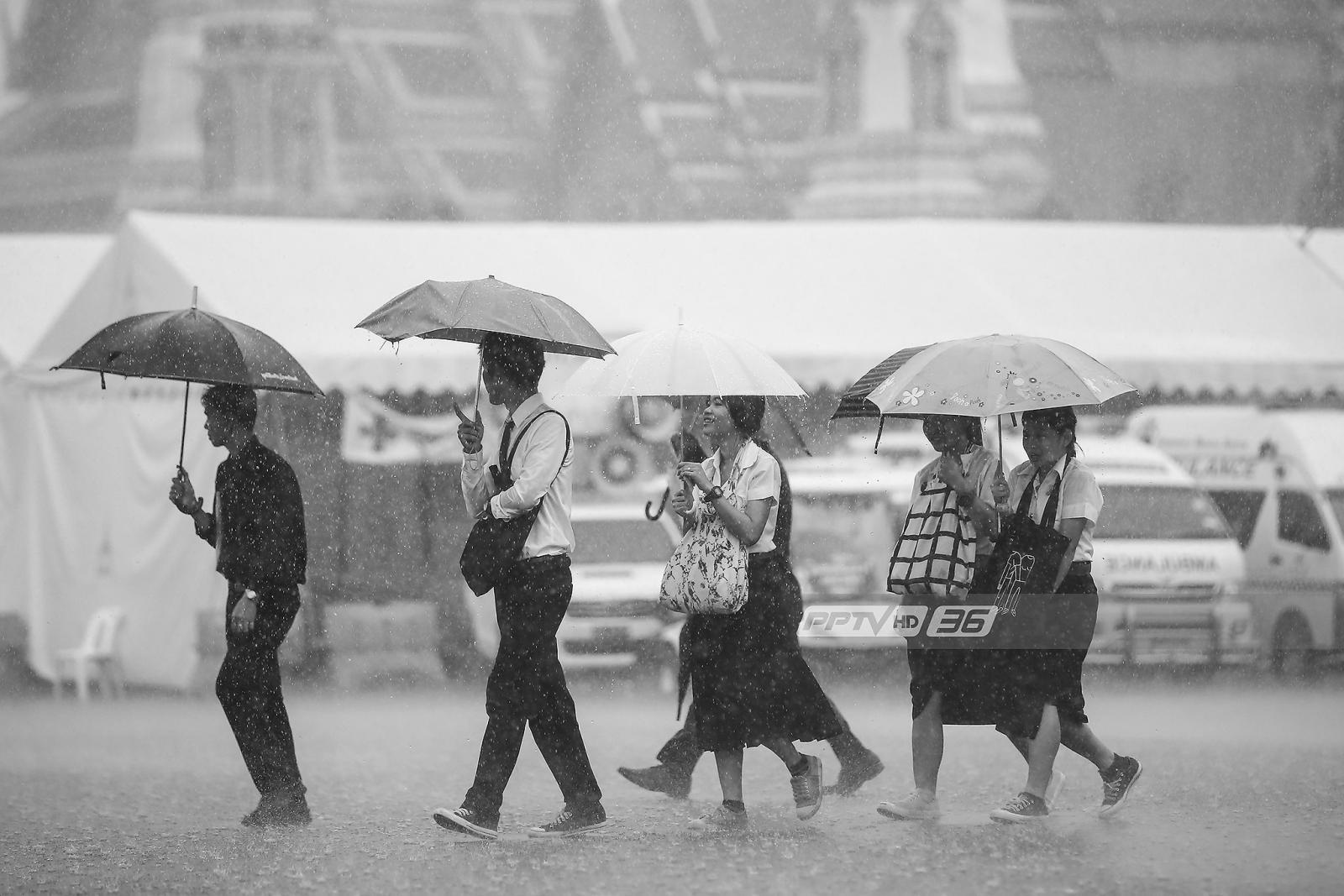 พสกนิกรไม่หวั่นสายฝน เข้ากราบพระบรมศพในหลวงรัชกาลที่ 9