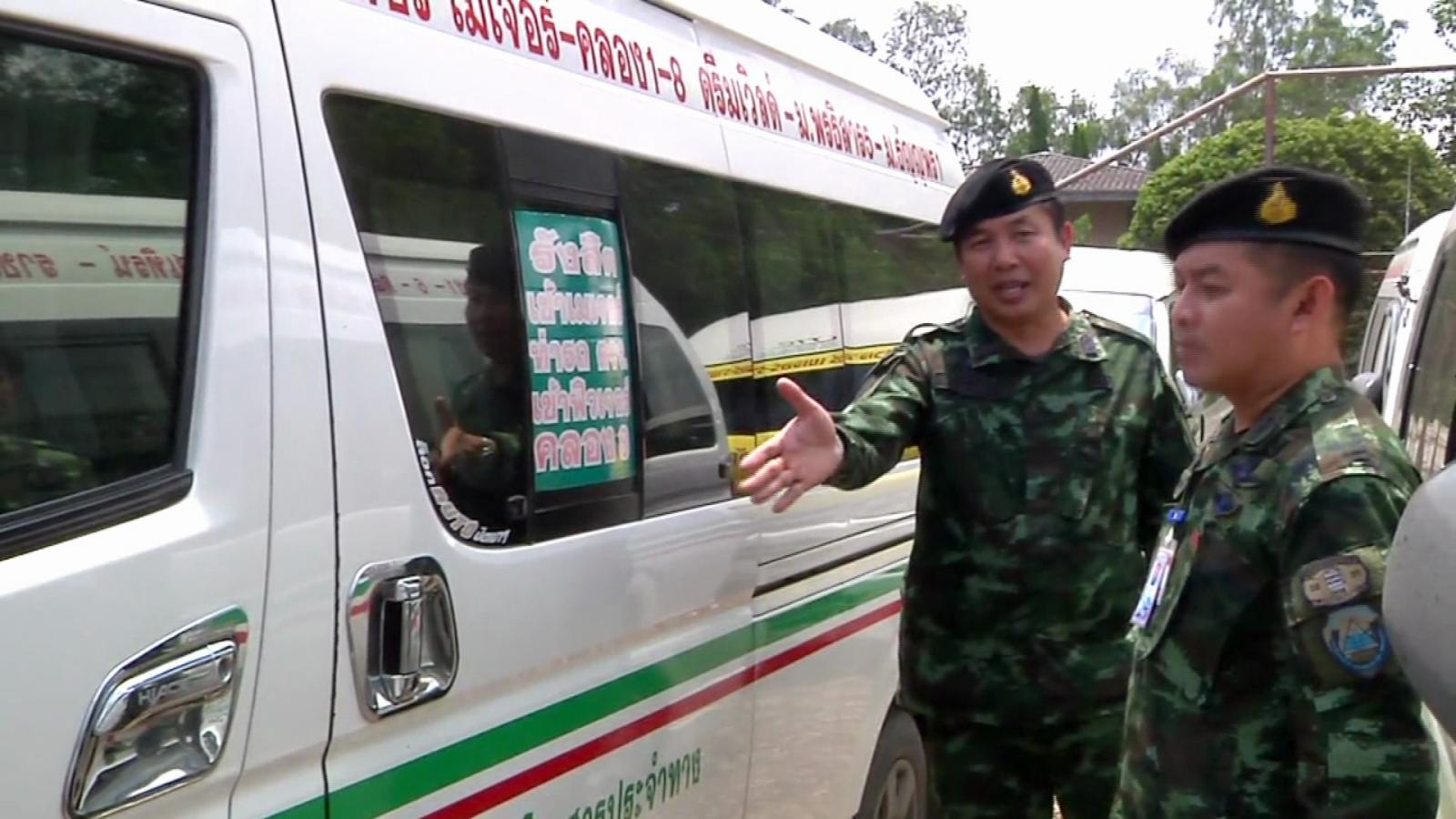 จนท.สนธิกำลัง รวบรถตู้โดยสารผิดกฎหมายกว่า 20 คัน จ.ปทุมธานี