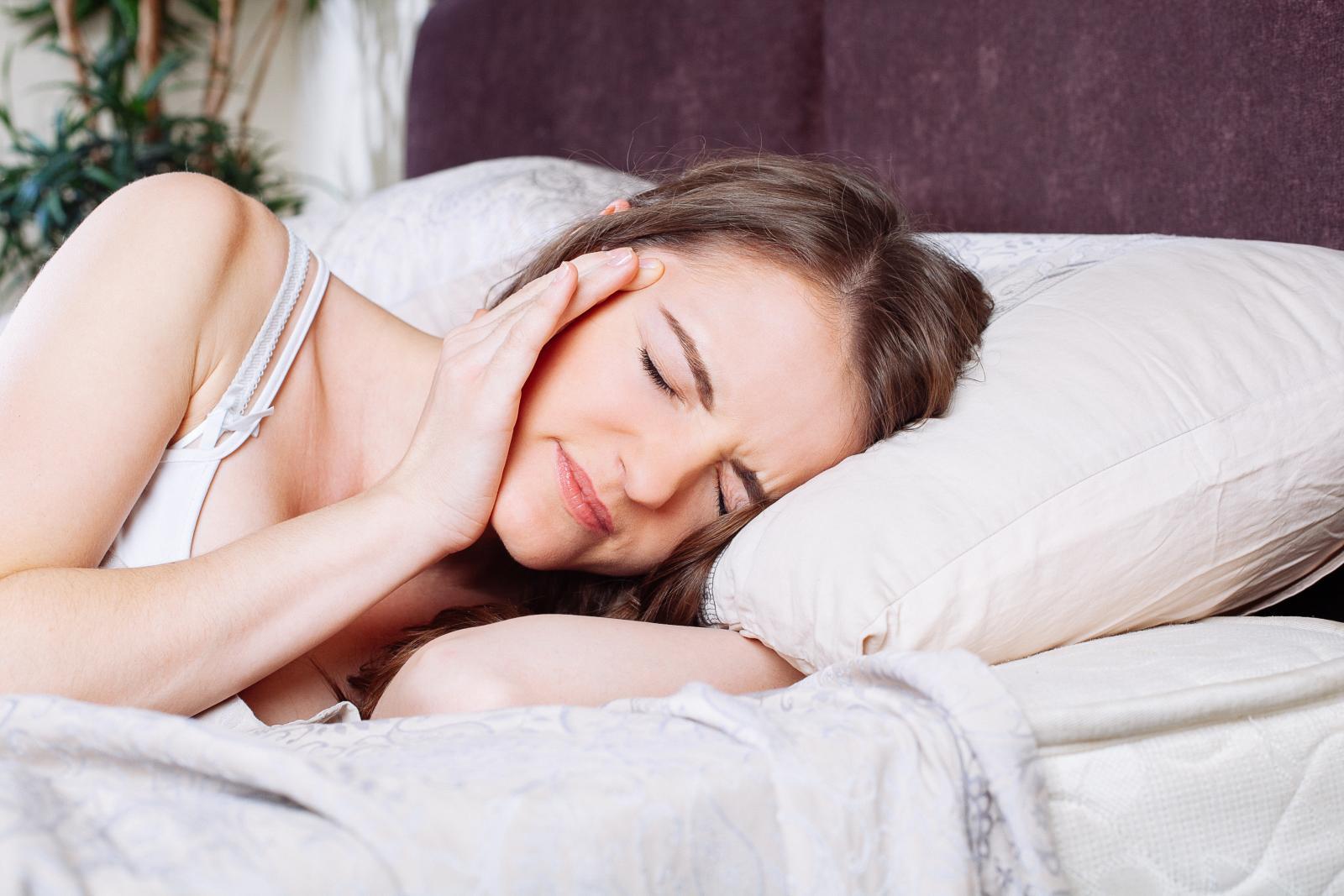 """""""ปวดหัว"""" จนนอนไม่หลับ สัญญาณเตือนสุขภาพที่ไม่ควรมองข้าม"""