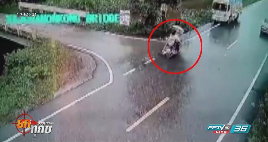 2 สาวนักศึกษาขี่รถจยย. ฝ่าสายฝน พุ่งชนรถบรรทุก