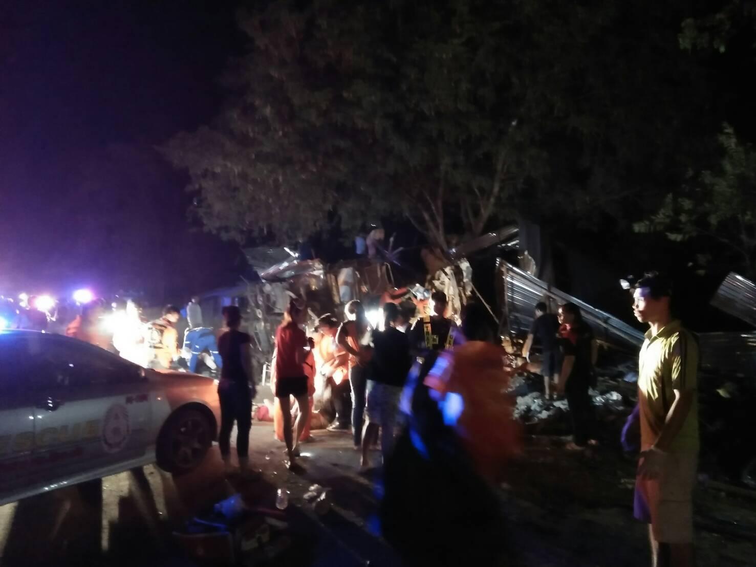 รถทัวร์ข้ามเกาะกลางบริเวณวังน้ำเขียว ตาย 15 คน