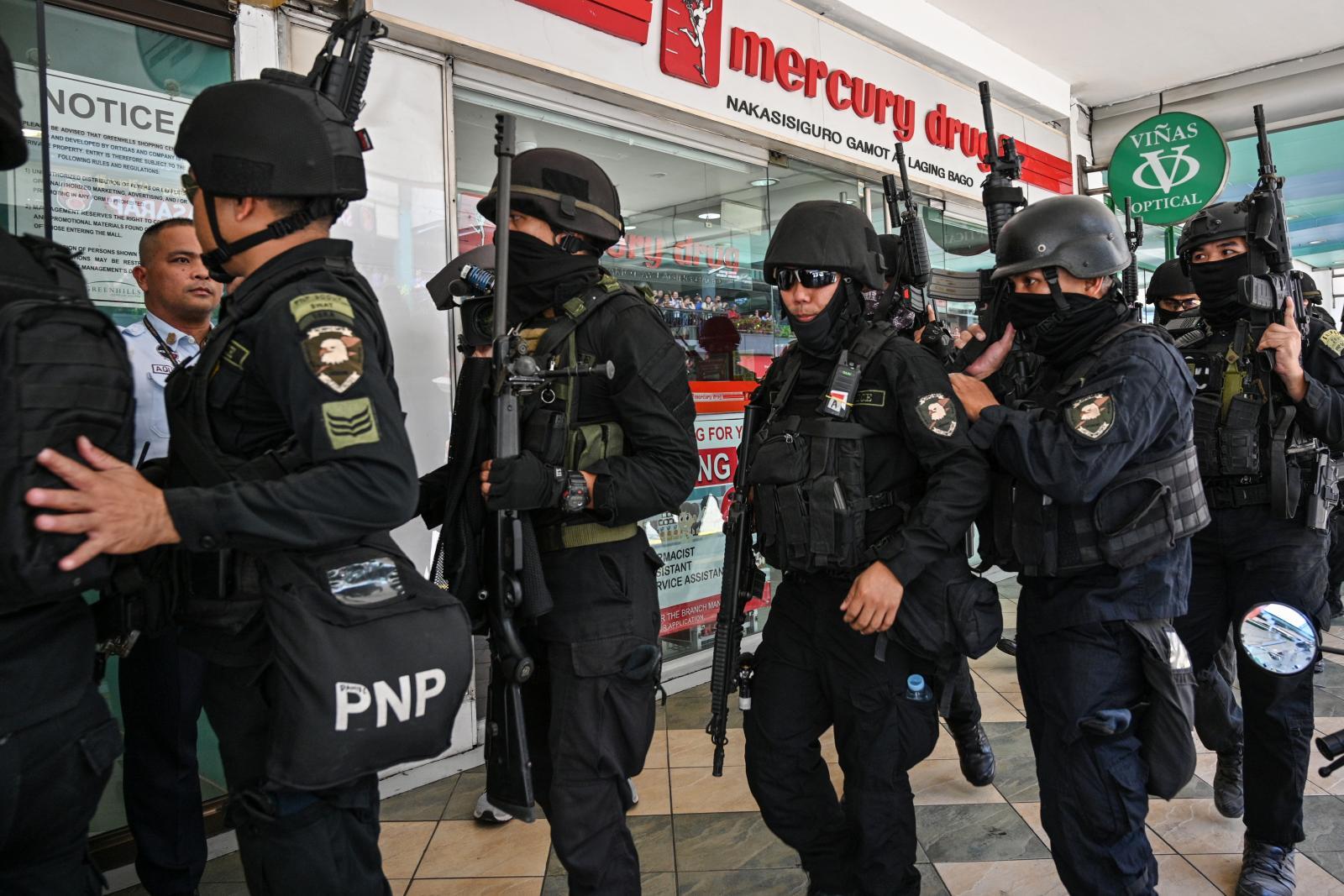 อดีตรปภ.จับตัวประกันกว่า 30 รายในห้างฟิลิปปินส์