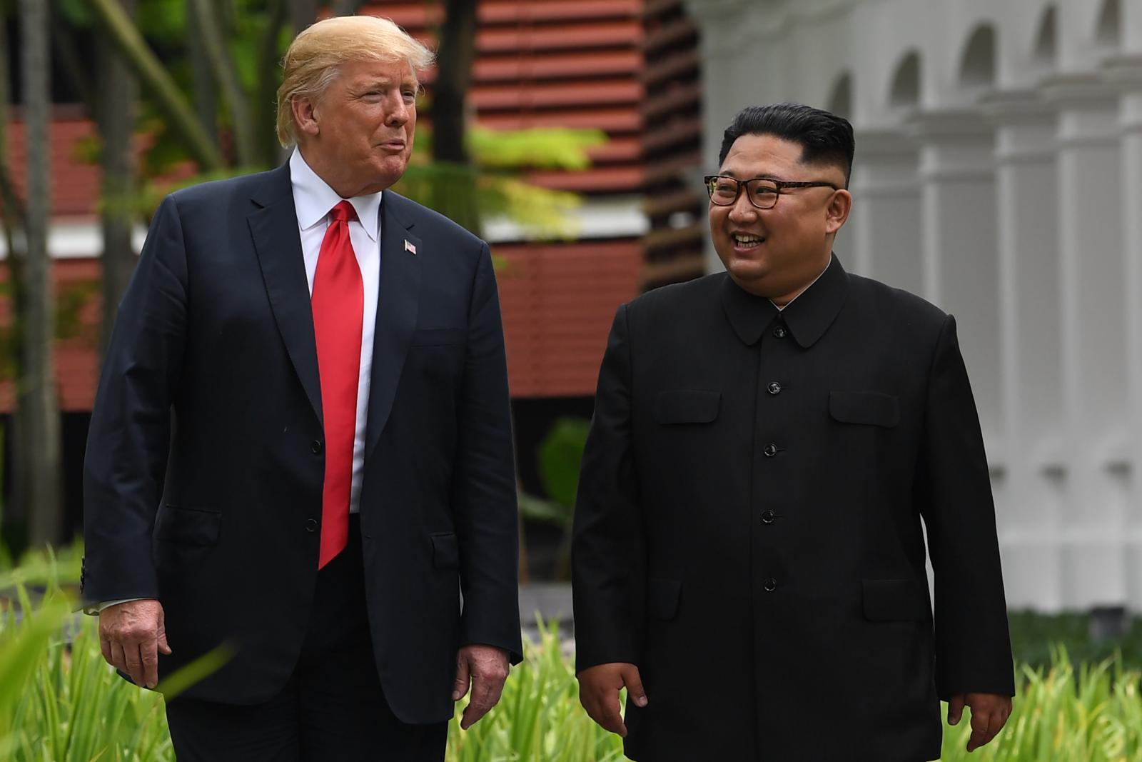 """""""ทรัมป์-คิม"""" ร่วมลงนาม ปูทางปลดอาวุธนิวเคลียร์"""