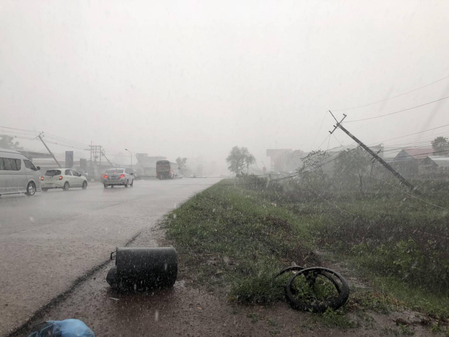 พายุฤดูร้อนถล่มสกลนคร ฝนตกหนัก-ลมพัดหลังคาปลิวว่อน