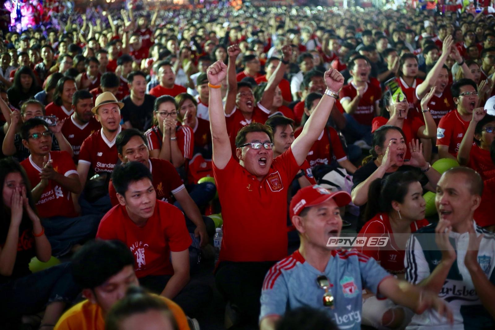 """สนุกสุดมันส์ !! แฟนบอล """"แมนฯยูไนเต็ด - ลิเวอร์พูล"""" ร่วมดูบอลจอยักษ์ศึกแดงเดือด"""