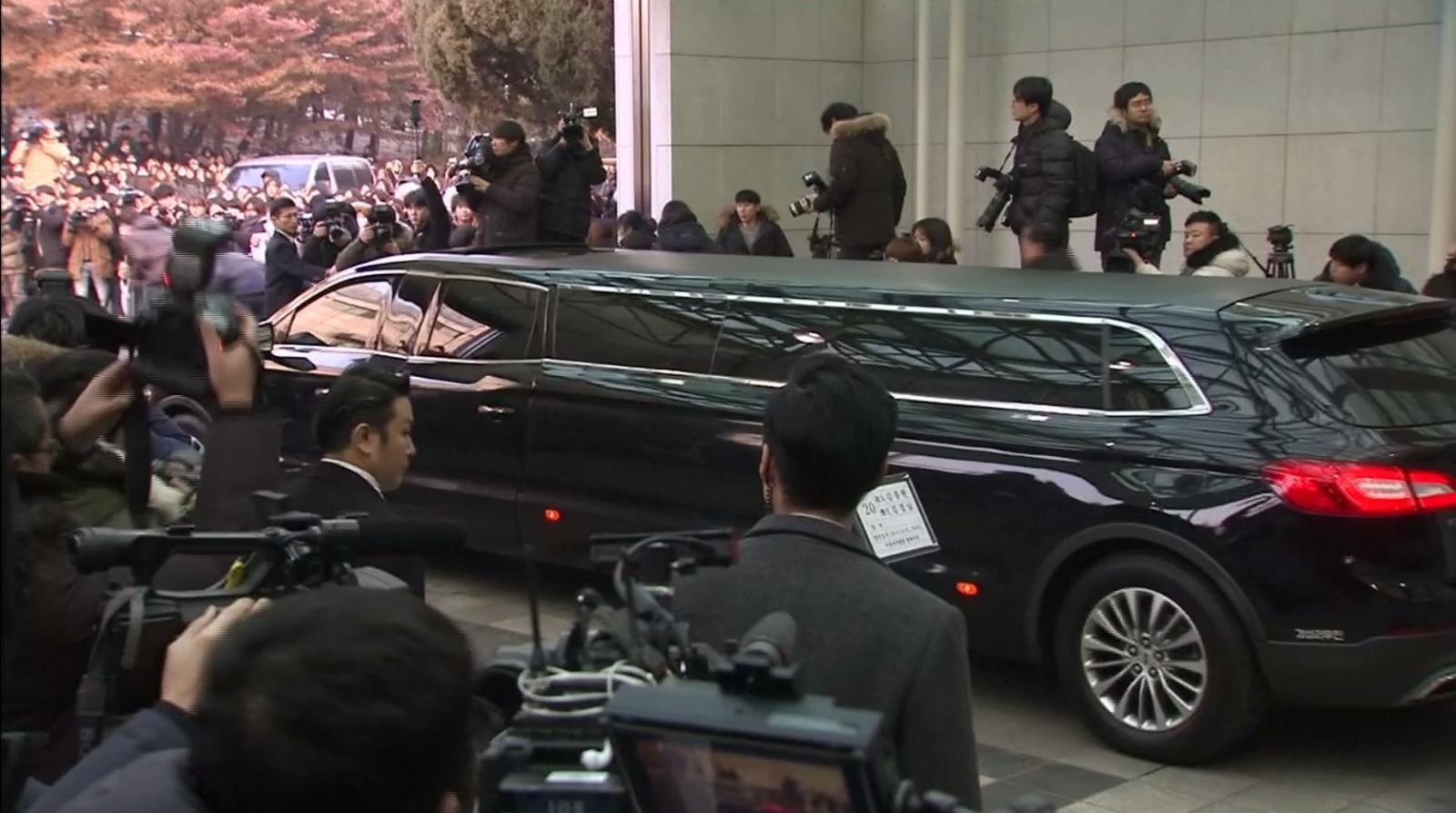 """แฟนคลับร่วมเคลื่อนศพ """"คิม จง-ฮยอน"""" ก่อนประกอบพิธีฝัง"""