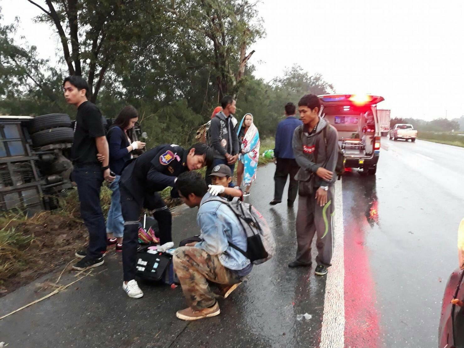 กรมขนส่งทางบก ลงดาบรถบัสเอกชนไถลลงข้างทาง พบเป็นรถลักลอบบริการผิดกฎหมาย