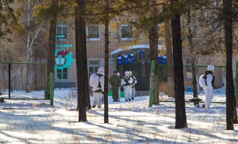 วัยรุ่นรัสเซียใช้ขวานบุกทำร้ายรุ่นน้องก่อนเผาโรงเรียน