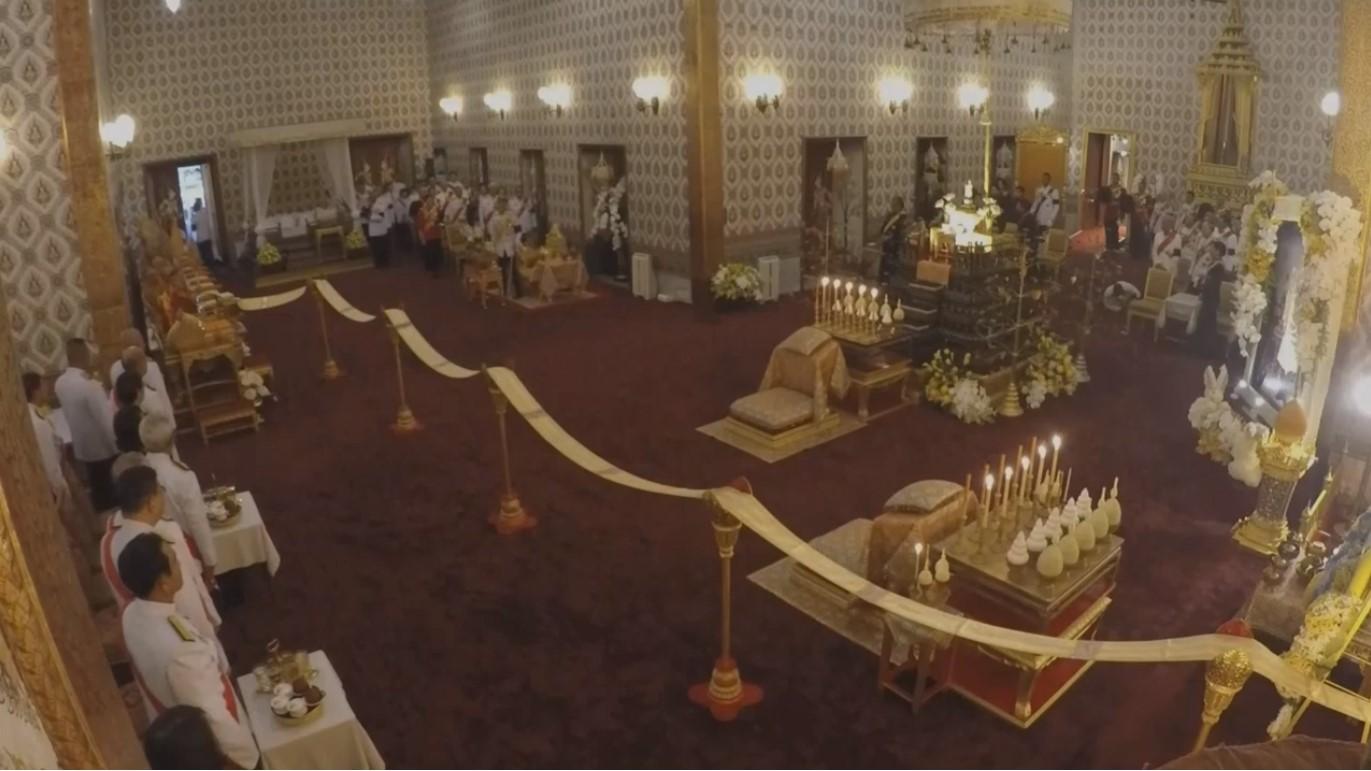 สมเด็จพระเจ้าอยู่หัว เสด็จฯ ทรงบําเพ็ญพระราชกุศลครบ 1 ปี วันสวรรคต ในหลวง ร.9