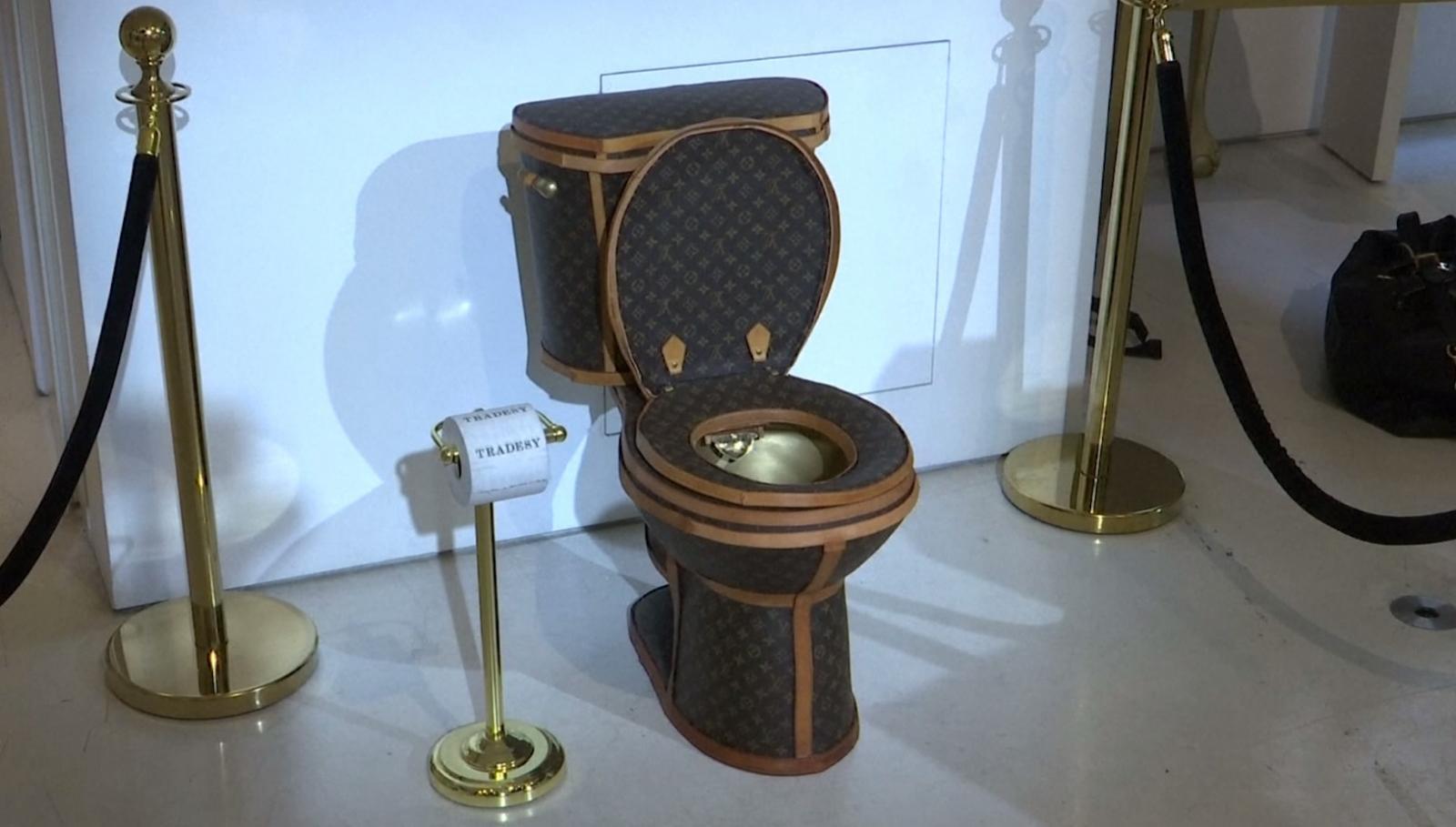 """สหรัฐฯ ขายโถส้วมทองคำบุหนัง """"หลุยส์ วิตตอง"""" ราคากว่า 3 ล้านบาท"""