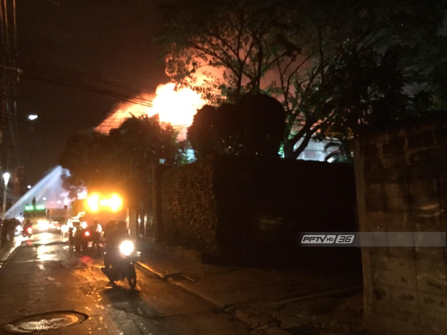 เพลิงไหม้โรงงานผลิตพัดลม ซ.ประชาอุทิศ 33 ไฟปะทุอีกครั้ง