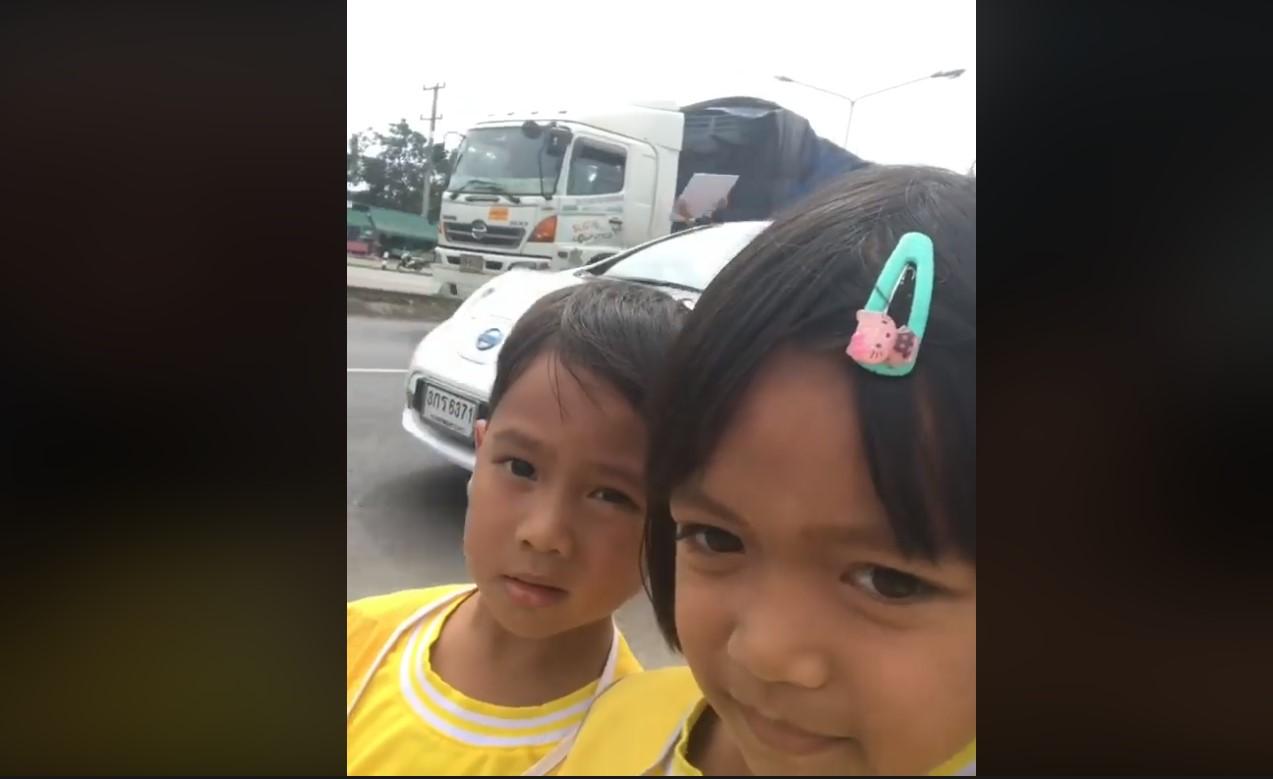 """สุดน่ารัก ! สองเด็กน้อยยืนอัดวิดีโอถ่ายคลิปเซลฟี่กับ """"ตูน บอดี้สแลม"""""""