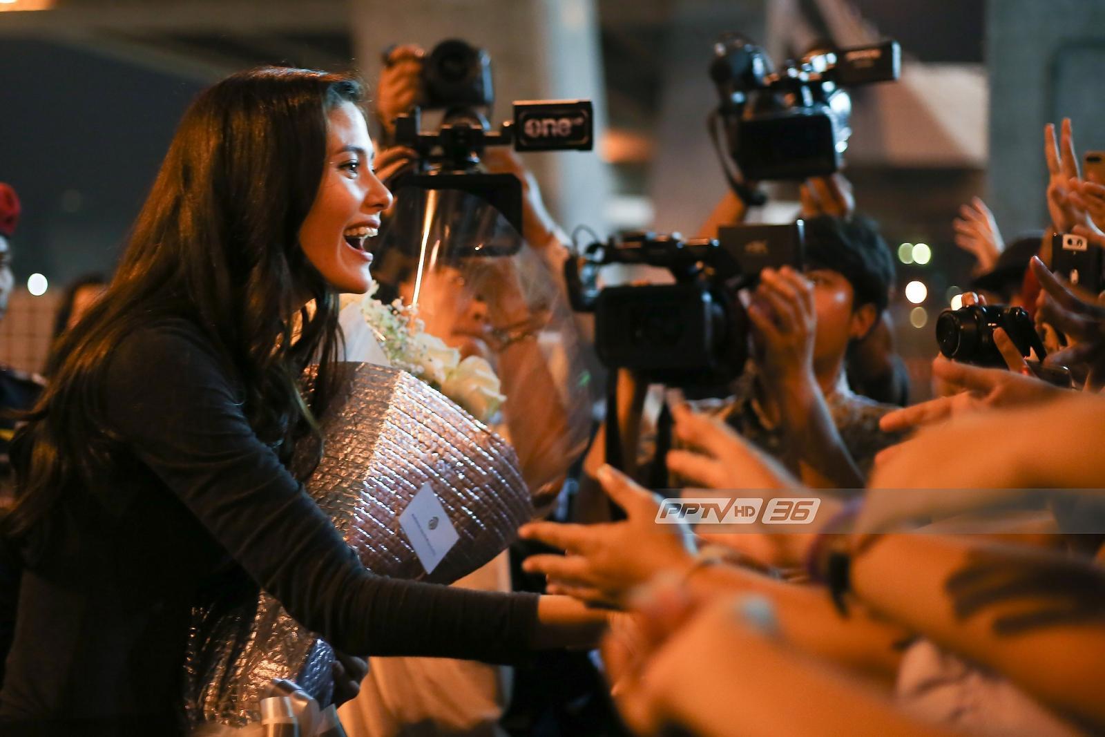 """แฟนคลับแห่ต้อนรับ """"มารีญา"""" กลับไทยหลังติดท็อป 5 มิสยูนิเวิร์ส 2017"""