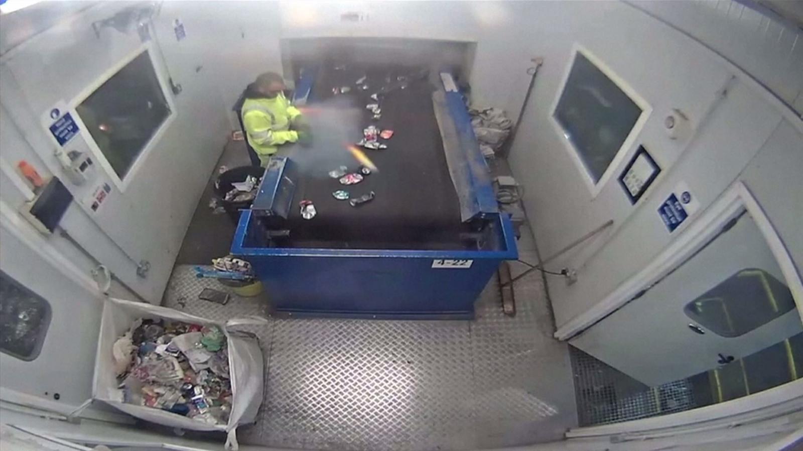 พนักงานแยกขยะในอังกฤษสุดช็อก ขยะพลุระเบิดคามือ
