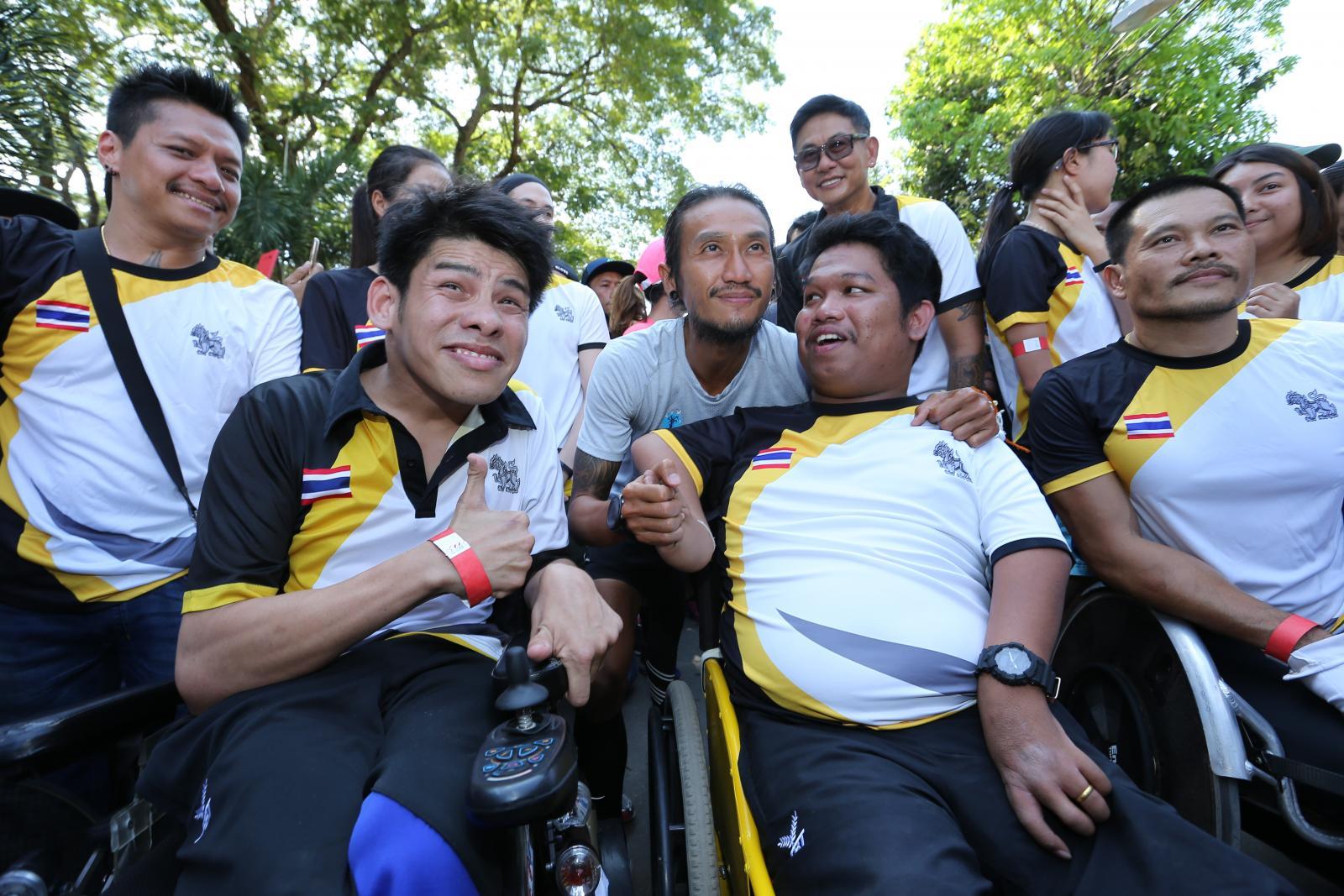 """นักกีฬาพาราทีมชาติไทย ร่วมวิ่งกับ """"ตูน บอดี้สแลม"""""""