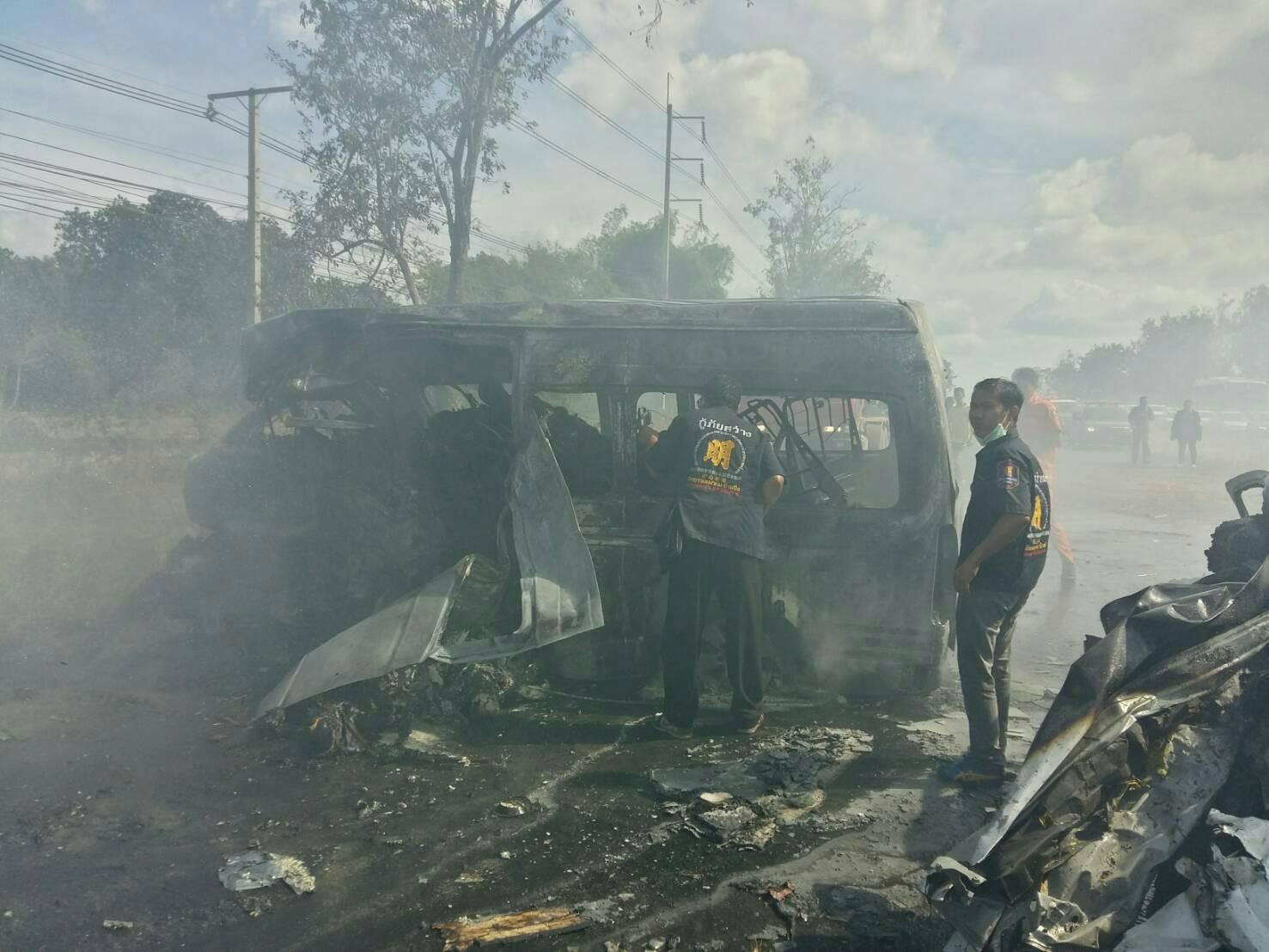 สลด !! รถตู้โดยสารประสานงารถปิกอัพ ไฟลุกท่วมที่บ้านบึง ดับ 25 ราย (คลิป)
