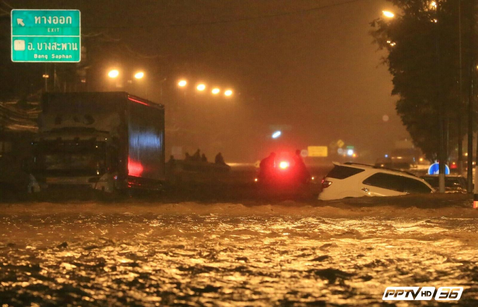 รถตู้ถูกน้ำพัดหาย หลังฝนตกน้ำท่วมหนัก อ.บางสะพาน (คลิป)