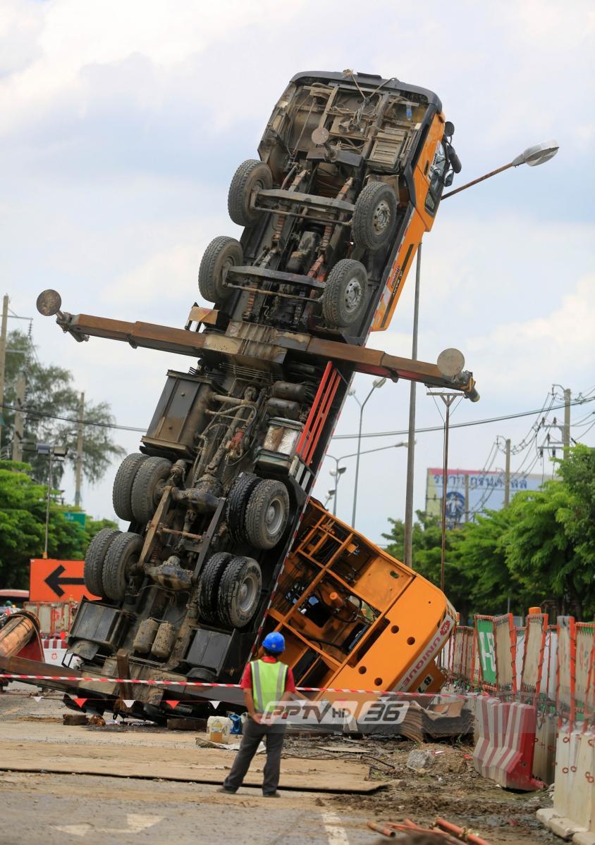 รถเครนหงายหัวชี้ฟ้า คาดไม้รองรับน้ำหนักหัก ขณะยกท่อ