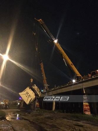 เฉียดตาย!! รถพ่วง 18 ล้อ เสียหลักตกสะพานทับรถกระบะ คนขับรอดหวุดหวิด