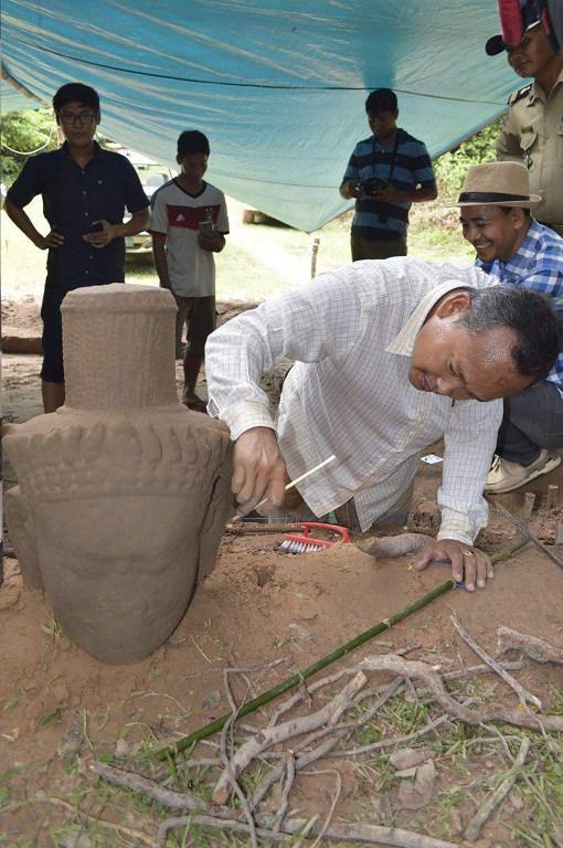 นักโบราณคดีพบรูปสลักหินโบราณในนครวัด