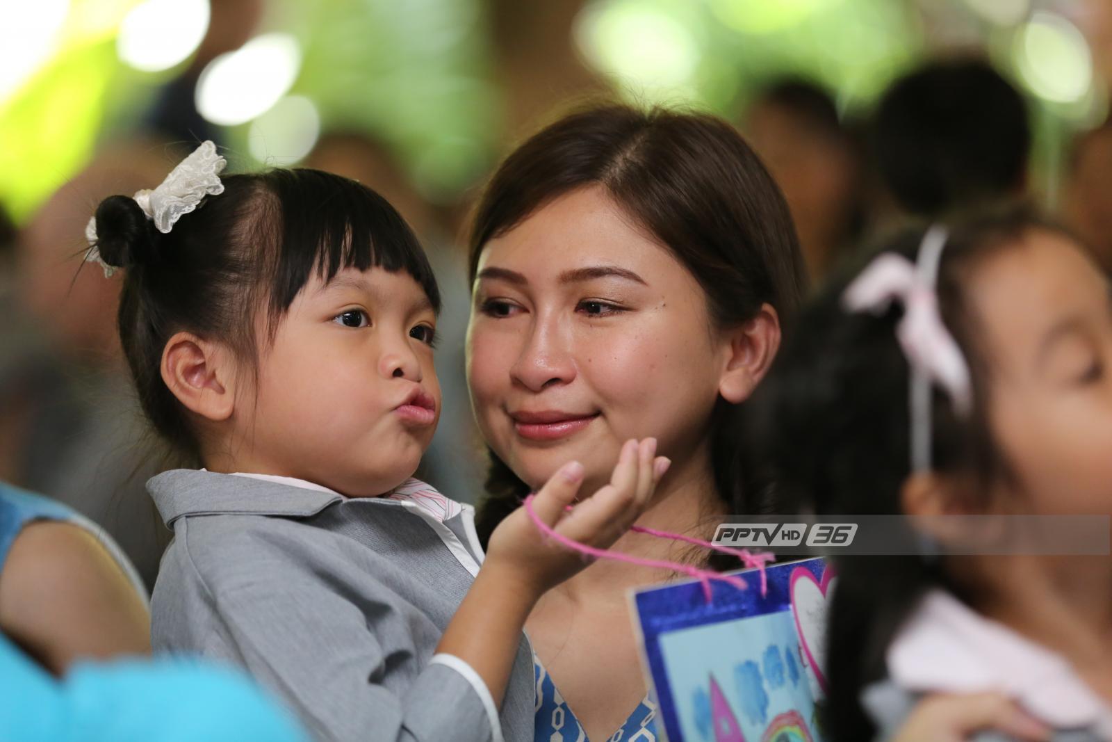 """โพล """"วันแม่"""" เผยคนไทยอยากบอกรัก """"กอด-นำพวงมาลัยกราบแม่"""""""