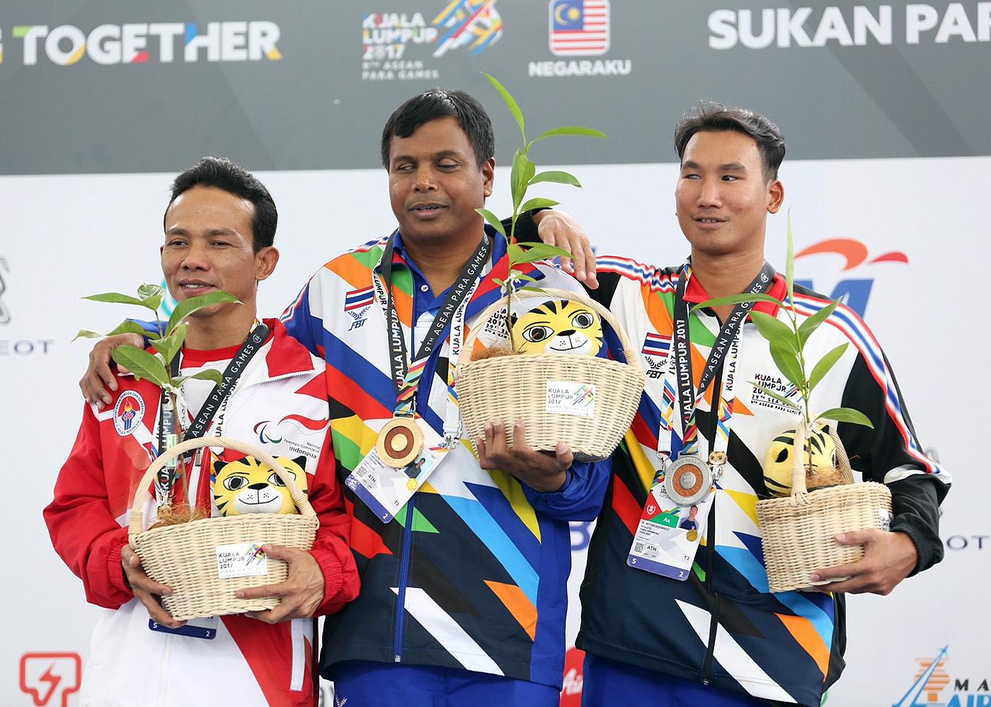 """รอยยิ้มผู้ชนะ !! """"พนม ลักษณะพริ้ม"""" นักว่ายน้ำรุ่นเก๋าคว้าเหรียญทองให้กับทัพนักกีฬาคนพิการไทย"""