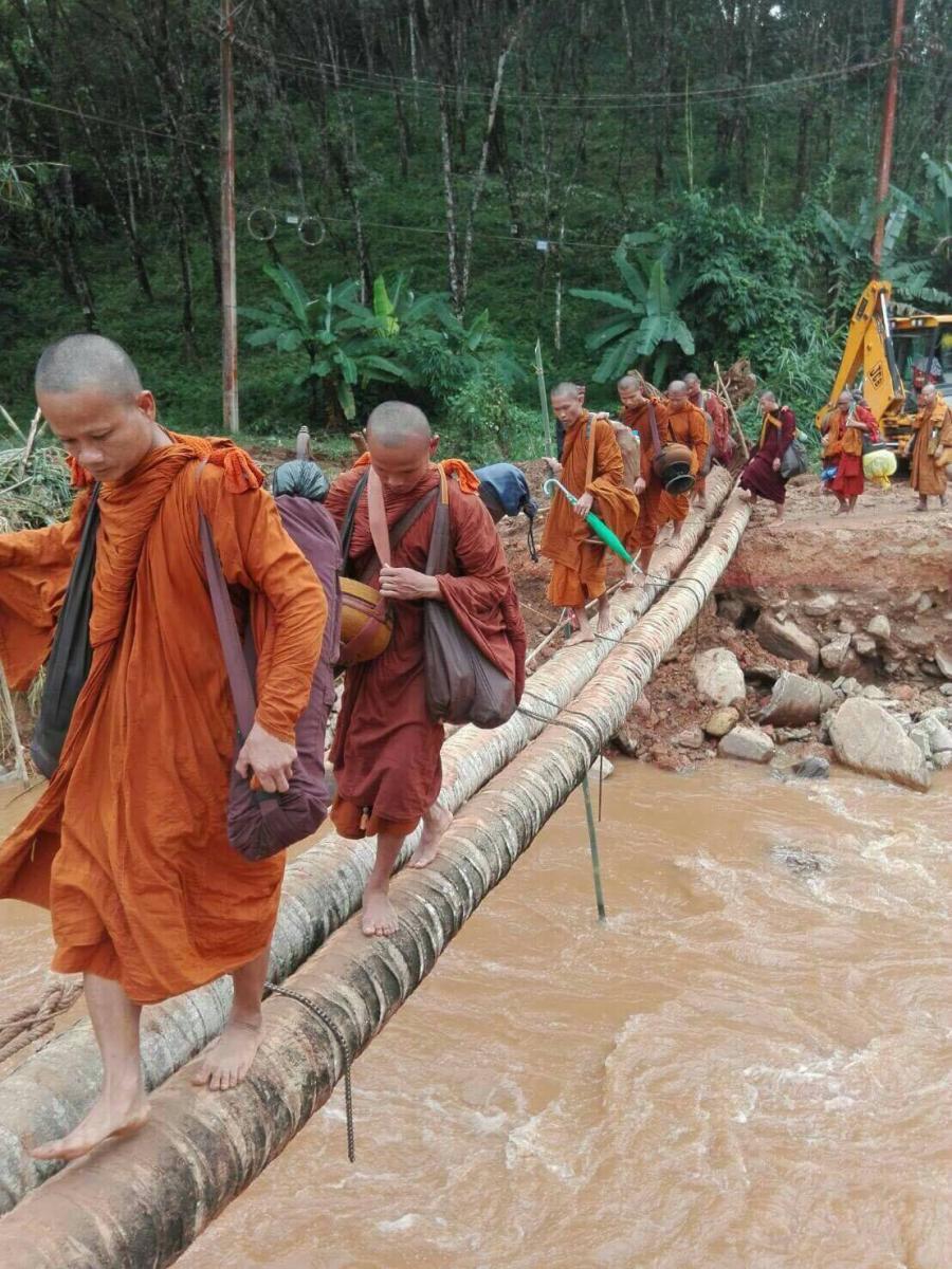 """ชาวนบพิตำเดือดร้อน น้ำป่าซัดถนนขาด จนท.เร่งช่วย ทำ """"สะพานต้นมะพร้าว"""" ใช้ชั่วคราว"""