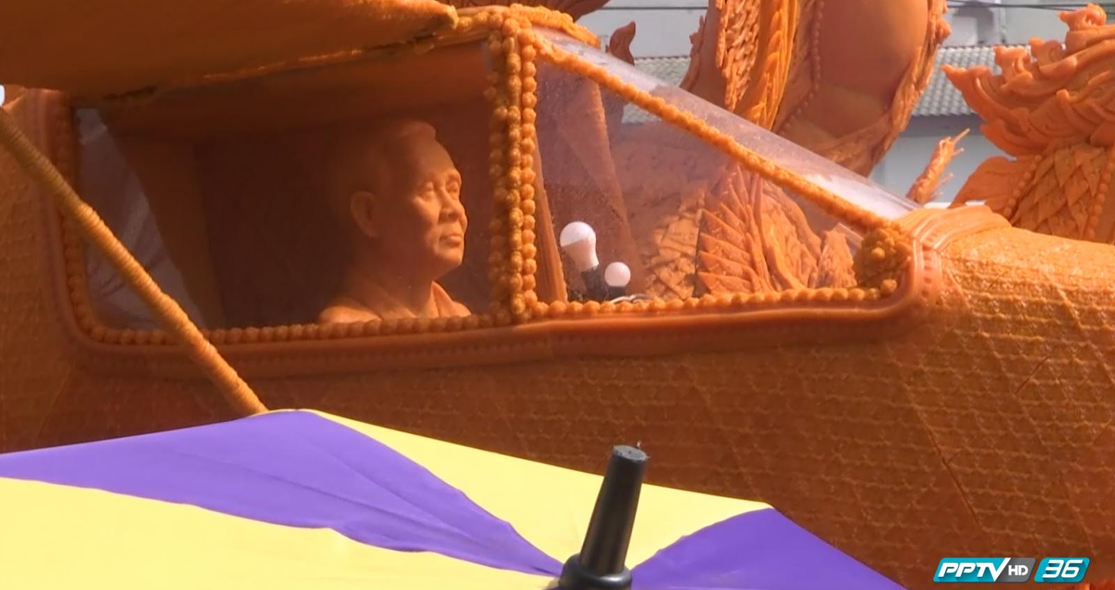 ชาวโคราชแห่ชมเทียนพรรษา นายกฯขับเครื่องบิน (คลิป)