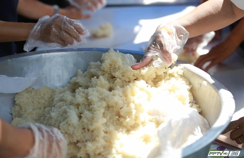 พระเจ้าวรวงศ์เธอ พระองค์เจ้าโสมสวลีฯ ทรงประกอบอาหารเมนูไก่ทอดประทานแก่พสกนิกร