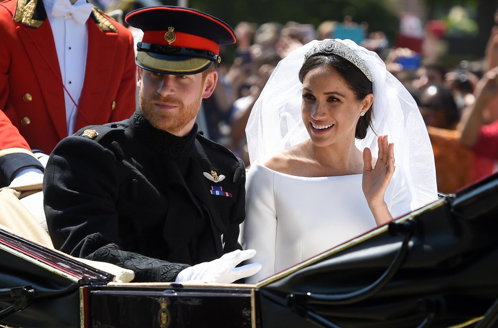"""พสกนิกรทั่วโลกร่วมชื่นชมพิธีเสกสมรส """"เจ้าชายแฮร์รี่-เมแกน"""""""