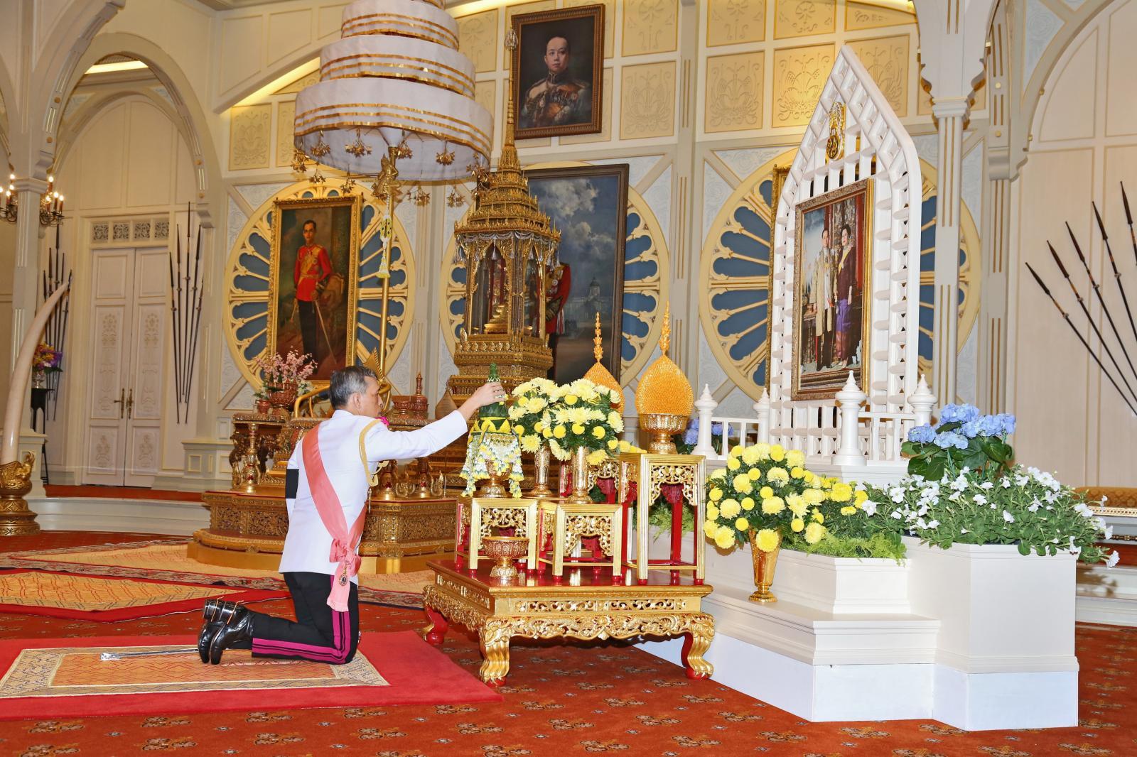 ชุดภาพประวัติศาสตร์ สมเด็จพระบรมฯ ทรงรับขึ้นทรงราชย์ เป็นสมเด็จพระเจ้าอยู่หัวรัชกาลที่ 10