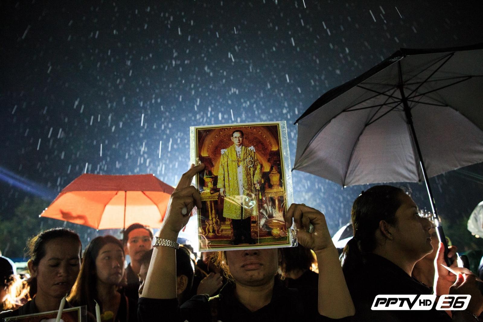 แสงเทียนส่องใจไทยทั้งผอง กู่ก้องร้องเพลงสรรเสริญพระบารมีถวายแด่พ่อหลวง(คลิป)