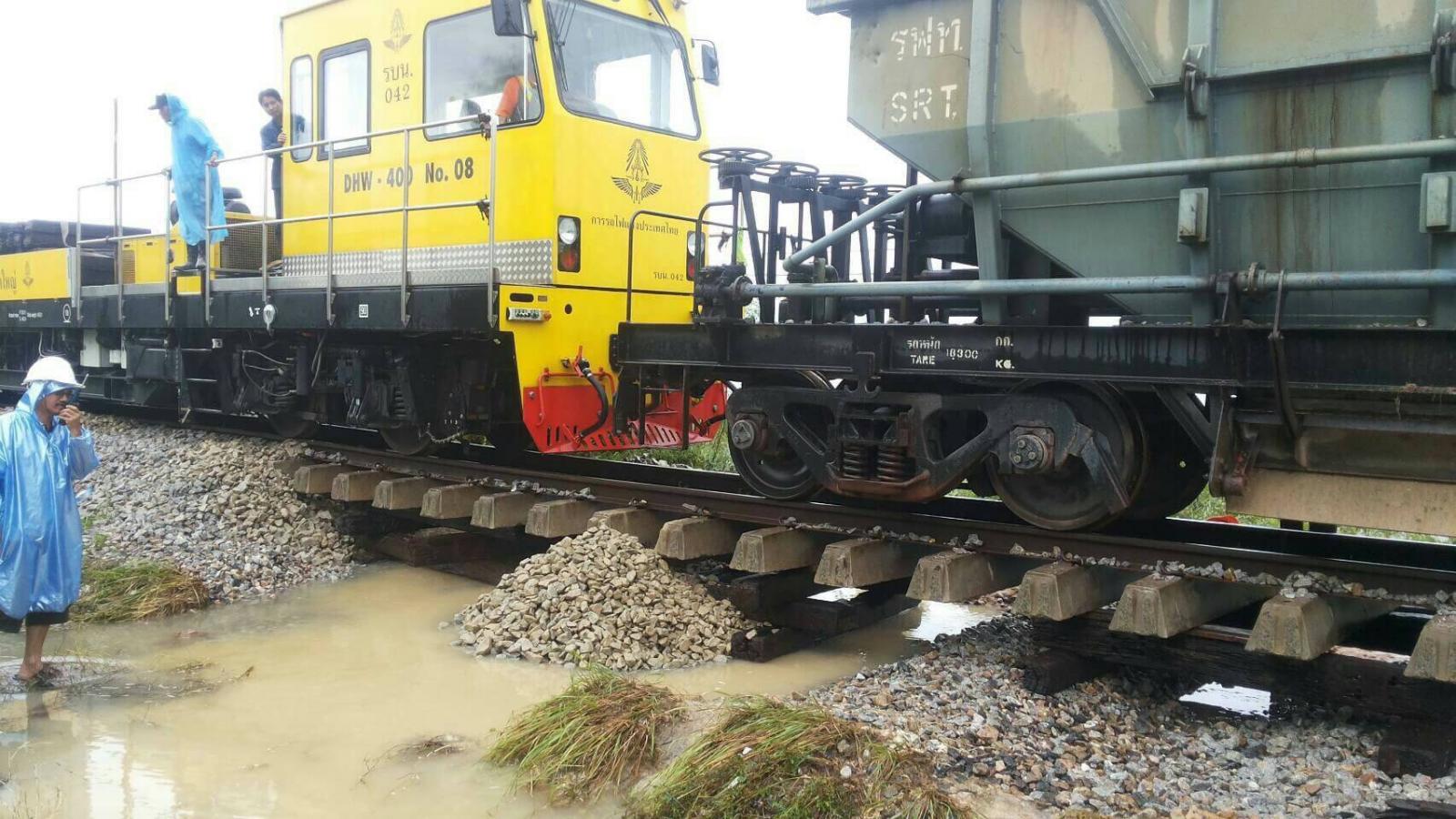 การรถไฟฯ ระดมเจ้าหน้าที่เข้าซ่อมแซมทางที่ชำรุด หลังน้ำท่วมใต้เริ่มคลี่คลาย