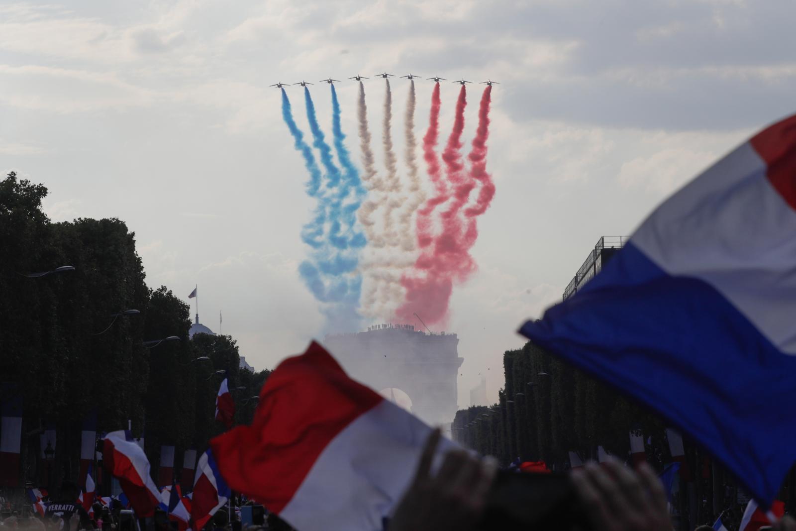 """แฟนบอลแห่รับแข้ง """"ฝรั่งเศส"""" ถึงบ้าน เฉลิมฉลองอย่างยิ่งใหญ่"""