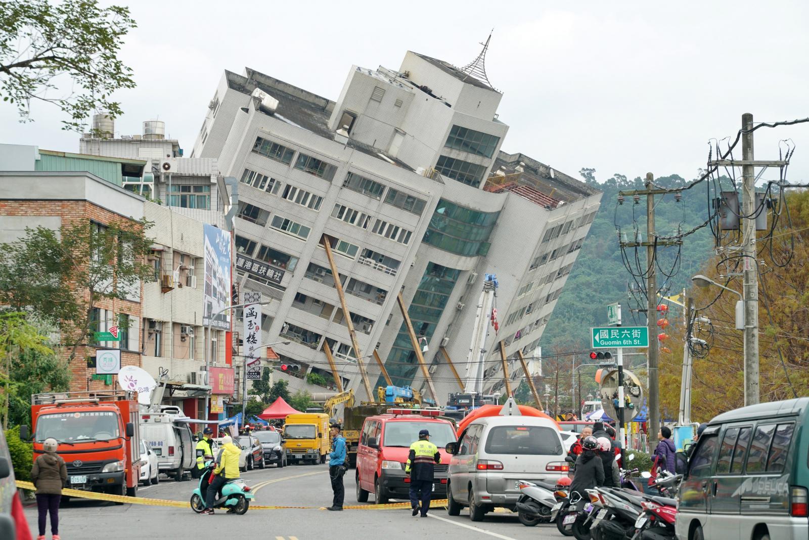 """""""ไต้หวัน"""" เร่งค้นหาเหยื่อแผ่นดินไหว เสียชีวิต 7 ยังสูญหาย 85"""