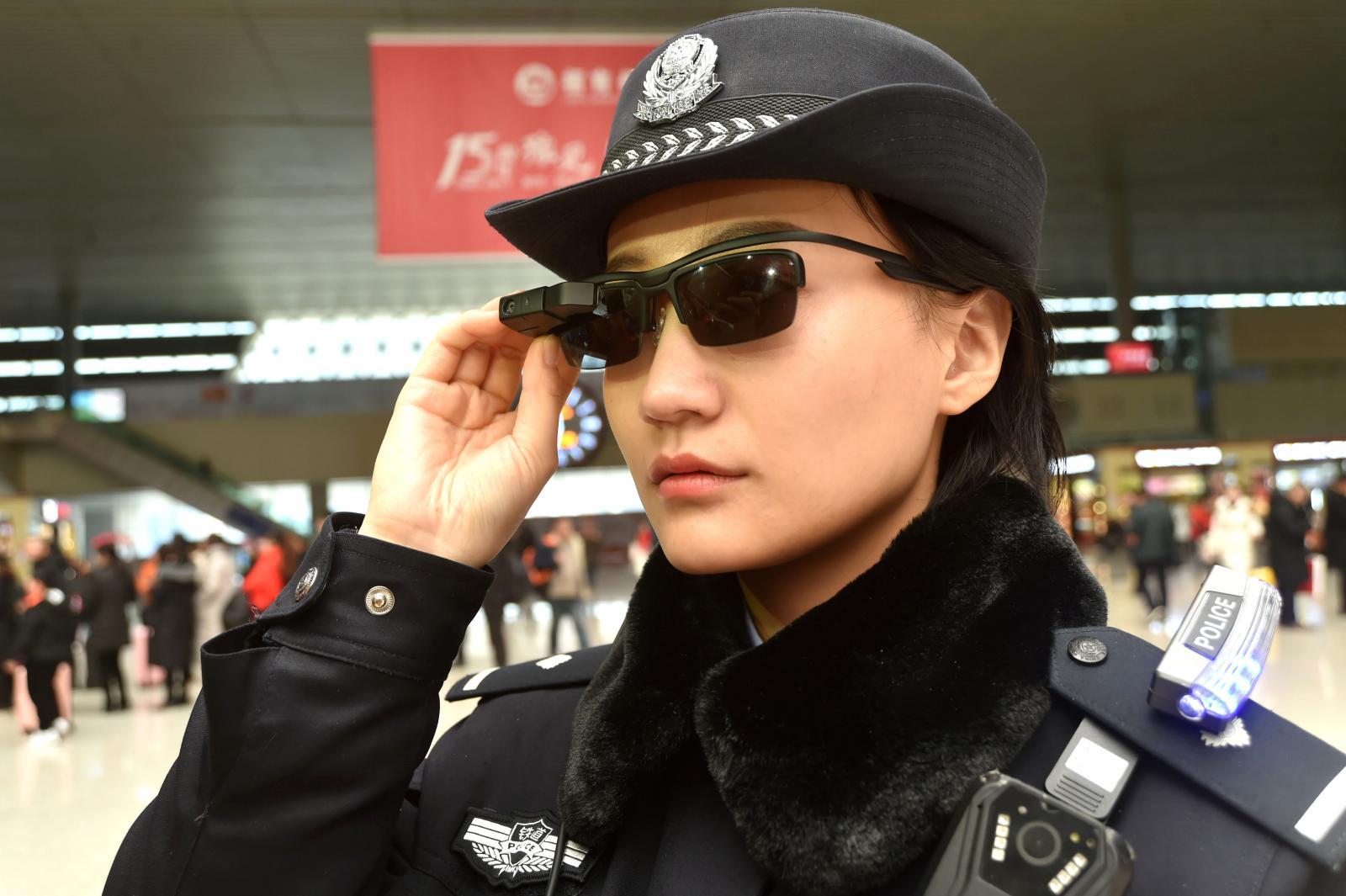 """ตำรวจจีนเริ่มใช้ """"แว่นกันแดดจดจำใบหน้า"""" ช่วยหาตัวคนร้าย"""