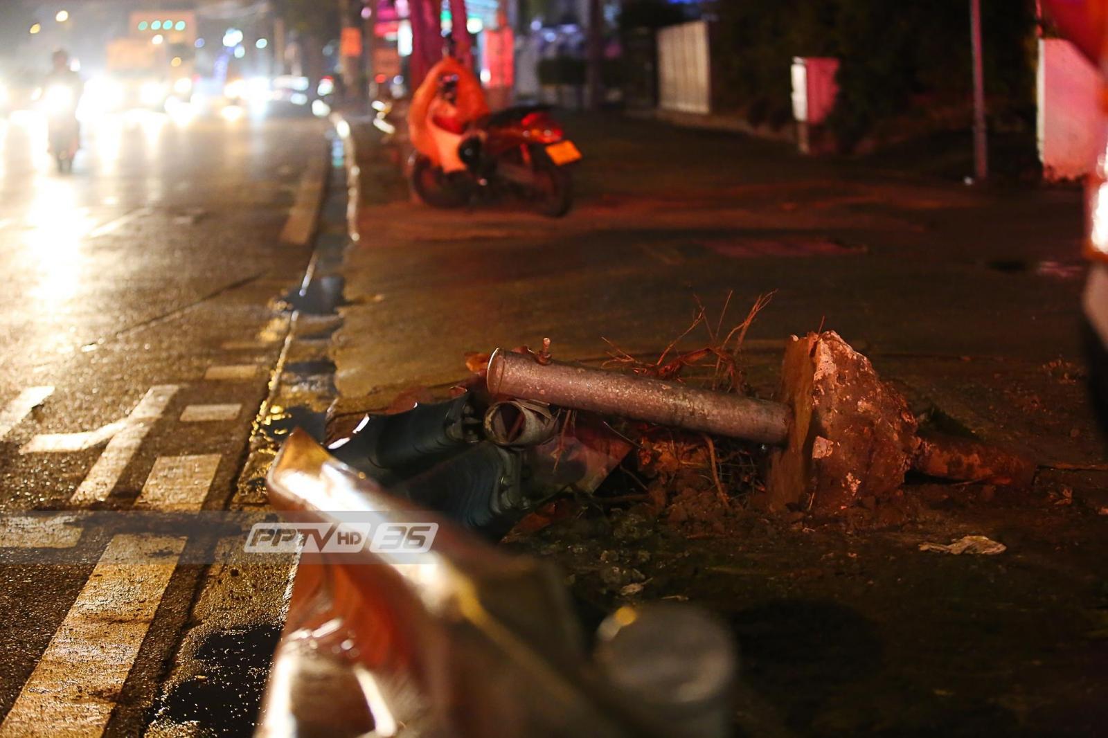 ถนนลื่น! รถกระบะชนฟุตบาทหงายท้อง หน้า ซ.รัชดา36 โชคดีไร้ผู้บาดเจ็บ