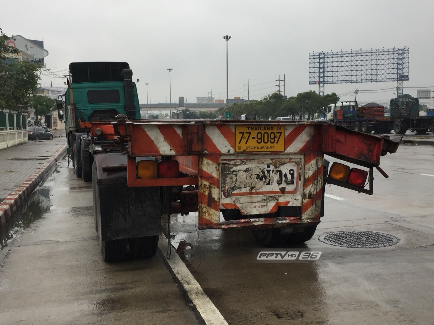 รถบรรทุกชนไหล่ทางคานหัก ตู้คอนเทนเนอร์หล่นทับรถเก๋ง