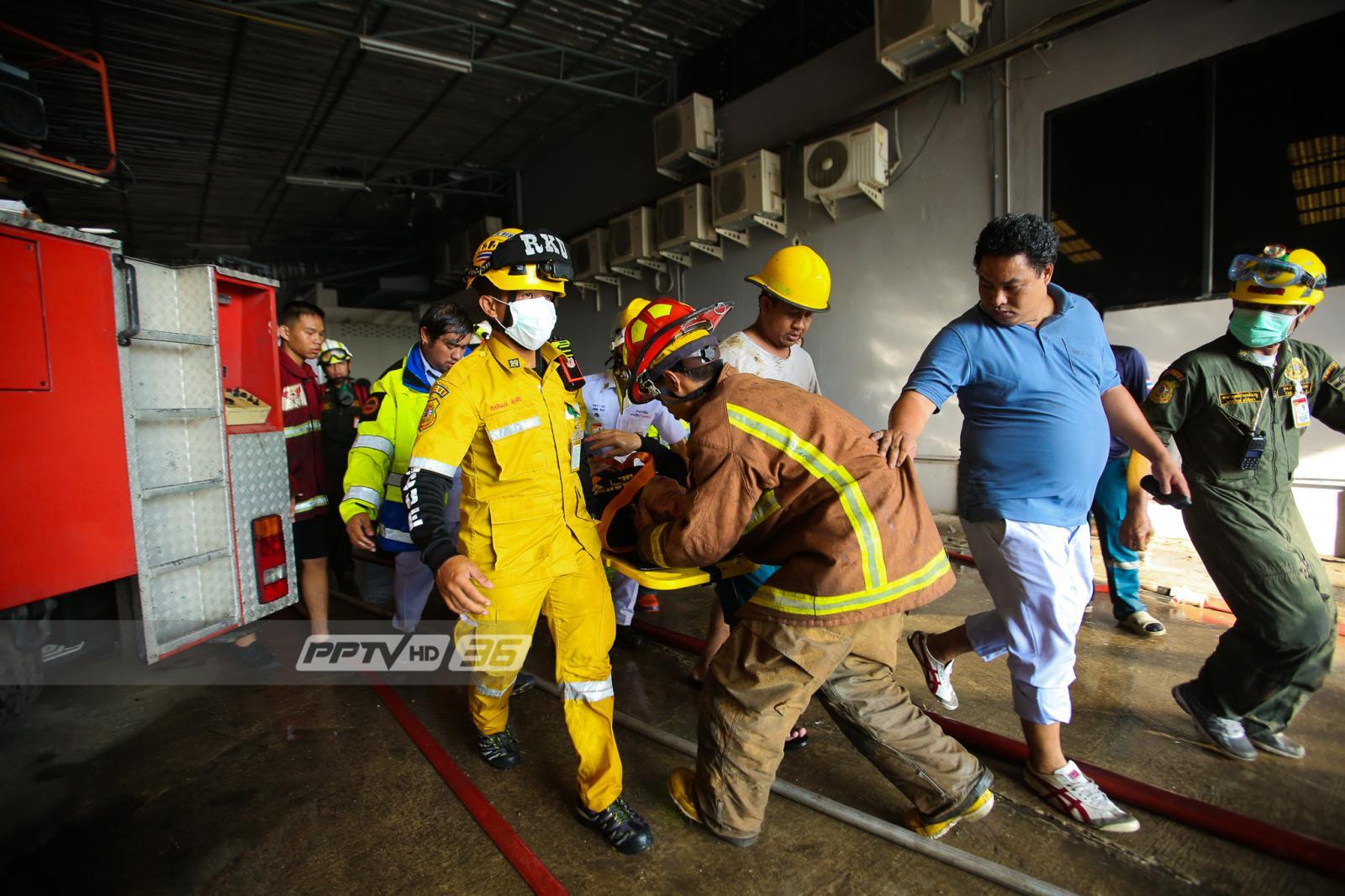 ไฟไหม้โรงงานผลิตหมวกกันน็อกย่านท่าข้าม จนท.ถอนกำลังออกจากอาคาร หลังเริ่มยุบตัว!